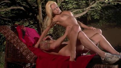 Sexy blonde Melissa Pitanga enjoys outdoor anal